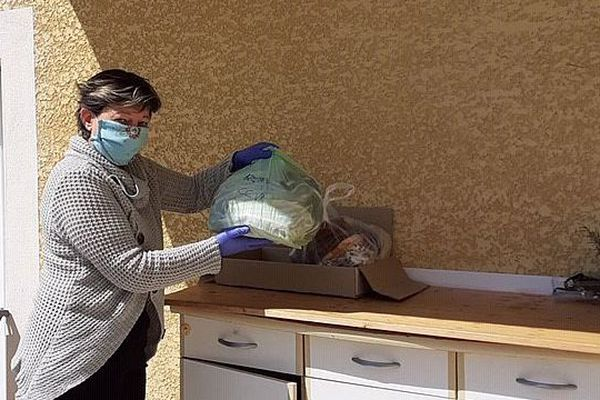 Masque et gants : précautions maximales pour Séverine qui gère les livraisons.