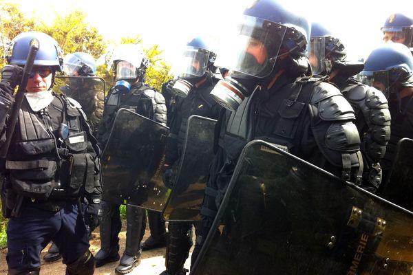Les gendarmes mobiles avant leur intervention