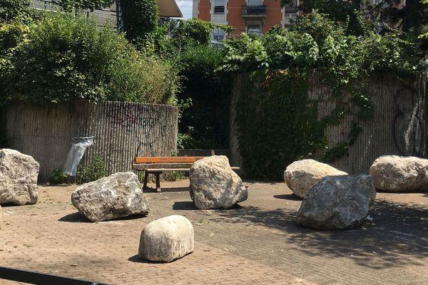 """Des pierres """"anti-migrants"""" ont été installées, début juillet, cours Berriat à Grenoble."""