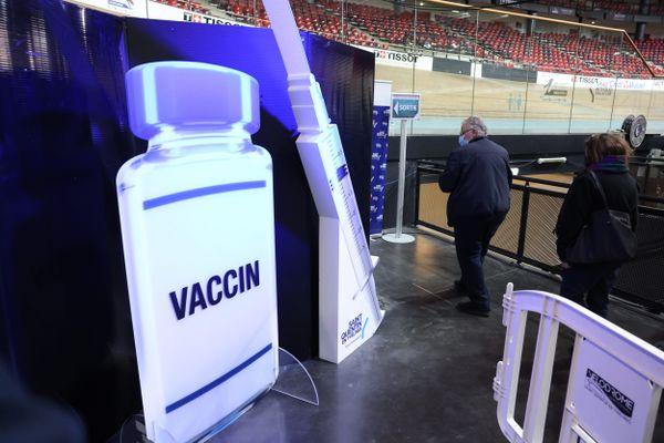 Les vaccinodromes accueillent des centaines de patients par jour - comme ici à Saint-Quentin en Yvelines où le vélodrome a été réquisitionné pour l'occasion - 2 avril 2021 -
