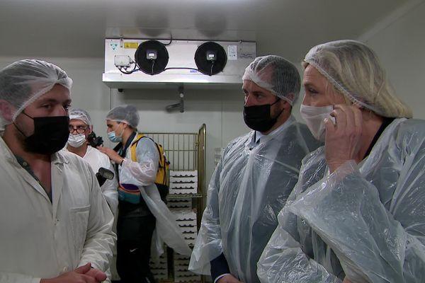 Marine Le Pen et Nicolas Bay visitent les ateliers de fabrication de neufchâtel.