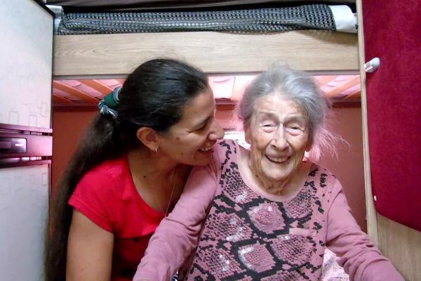 Fiona et sa grand-mère Dominique dans leur camping-car