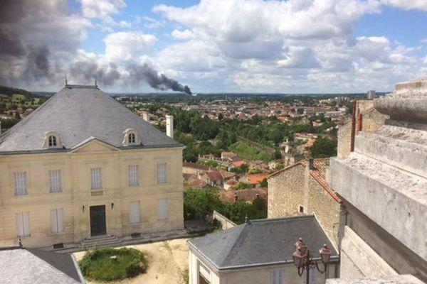 Le panache de fumée dégagé par l'incendie est visible à plusieurs kilomètres à la ronde.