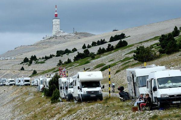 Camping cars déjà installés sur le Mont Ventoux, il y a deux jours