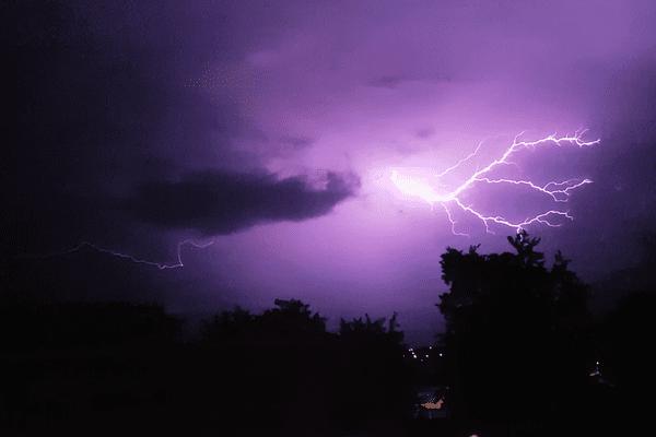 Un éclair dans le ciel du Creusot, dans la nuit du mardi 13 au mercredi 14 juin.