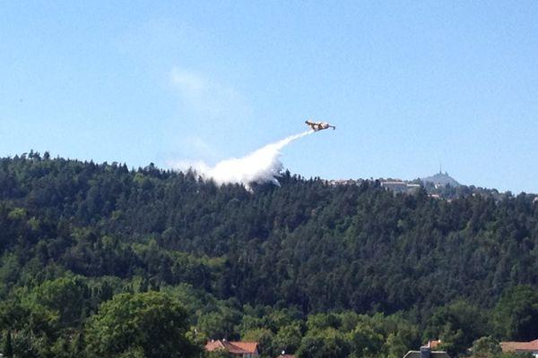 Le feu s'est déclaré dans un bois situé sur la commune de Ceyrat, sur les hauteurs de Clermont-Ferrand.