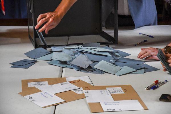 Un canton des Pyrénées-Orientales à l'heure du dépouillement, au second tour des élections départementales, dimanche 27 juin 2021.