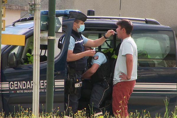 Les gendarmes effectuent un contrôle salivaire d'usage de cannabis le 2 oût à Roybon