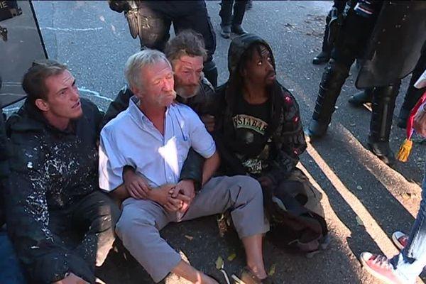 L'eurodéputé José Bové assis par-terre, après avoir subi des jets de gaz lacrymogènes à  la ZAD de Kolbsheim ce mercredi 12 septembre