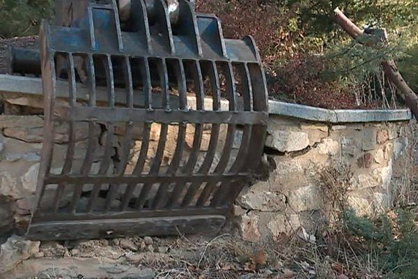 Tresques (Gard) - Le mur mesurait un mètre de haut et 20 mètres de long. Il a été abattu - 25 octobre 2017.