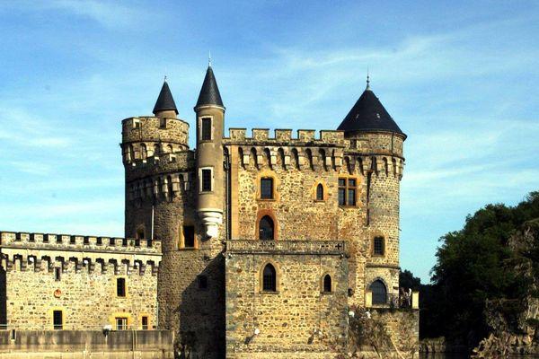 Dans le Roannais, à Saint-Priest-la-Roche, le château de la Roche les pieds dans l'eau du lac artificiel de Villerest (archives)