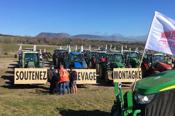 Rassemblement des agriculteurs aveyronnais en tracteur au Viaduc de Millau dans le cadre de la nouvelle négociations pour la nouvelle PAC.