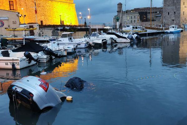 Les plongeurs ont repéré la voiture dans les eaux du Vieux-Port.