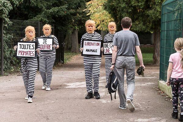 Une trentaine de militants antispécistes s'est réunie au Parc de l'Orangerie pour dénoncer les conditions de captivité des animaux.