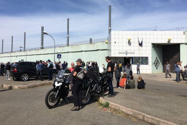 300 personnes étaient présentes pour soutenir Jean-Louis Emmanuelli devant la prison de Borgo, le 20 avril 2016.