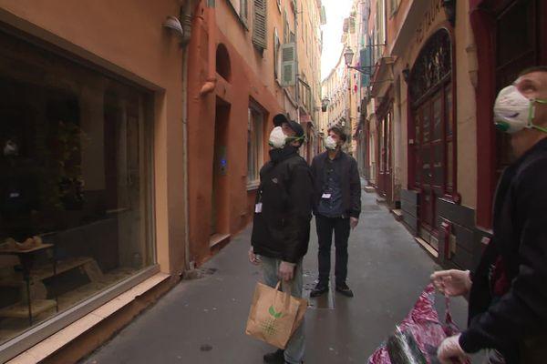 Les jeunes du Vieux-Nice équipés de masques lors d'une de leur livraison.
