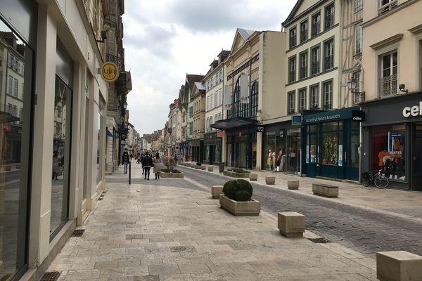 Les magasins de vêtements ont fermé leurs portes, rue Emile Zola à Troyes