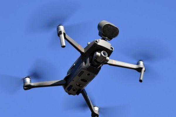 Un drone équipé d'un haut-parleur, similaire aux engins utilisés par la préfecture de police de Paris dans le cadre du confinement (illustration).