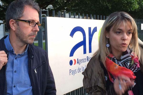 Johan Pailloux et Marie Thibault, co-fondateurs du collectif Stop aux cancers de nos enfants, devant l'ARS le 22 mai 2019