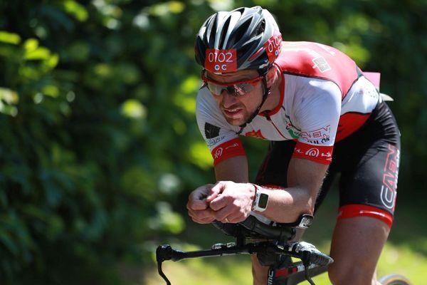 Freddy Pommier dans l'épreuve cycliste du triathlon