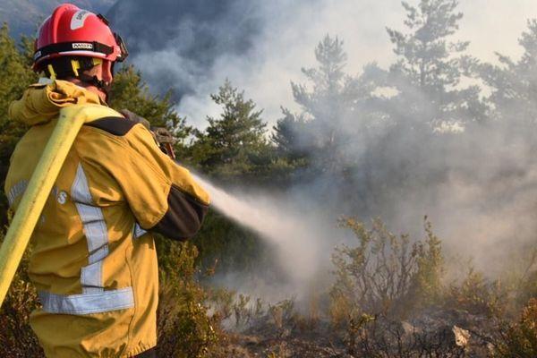 Les pompiers en lutte avec les flammes à Guillaumes, dans les Alpes-Maritimes.