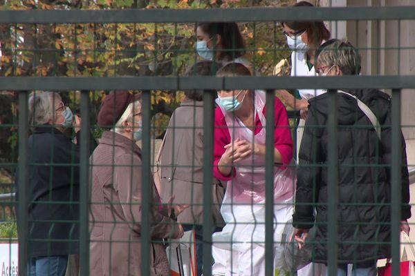 A Bourg-en-Bresse (Ain), les visites sont interdites depuis le 23 octobre, dans les Ehpad de l'hôpital Fleyriat , pour protéger les pensionnaires du coronavirus, pour le plus grand désarroi des proches et des familles, mais la direction assume, pour sauver des vies.