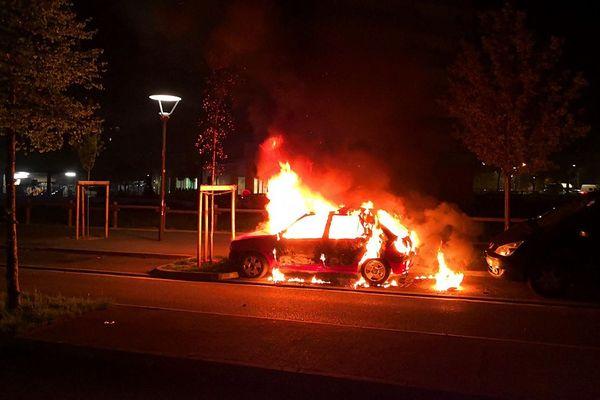 Un voiture en feu lundi soir dans le quartier de Bagatelle