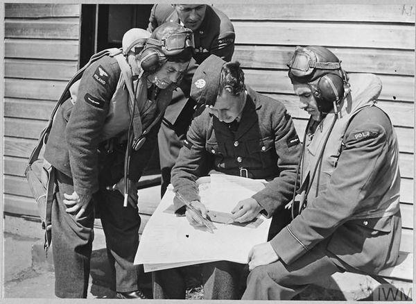 Des pilotes polonais de bombardiers à la 18 OTU (Operational Training Unit) de Penrhos, au Pays de Galles, le 14 juillet 1940.