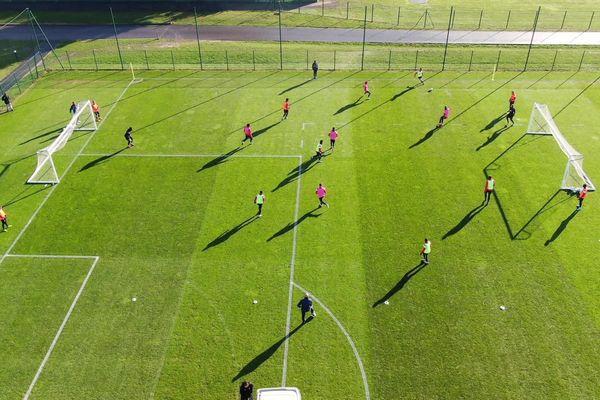 Le drone téléguidé du Stade de Reims vole au dessus du terrain d'entraînement.