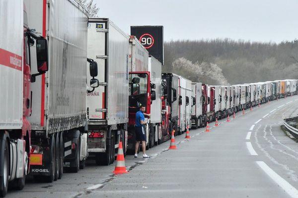 Les transporteurs routiers bloqués sur l'A16 par la grève du zèle des douaniers du Port de Calais depuis le 4 mars
