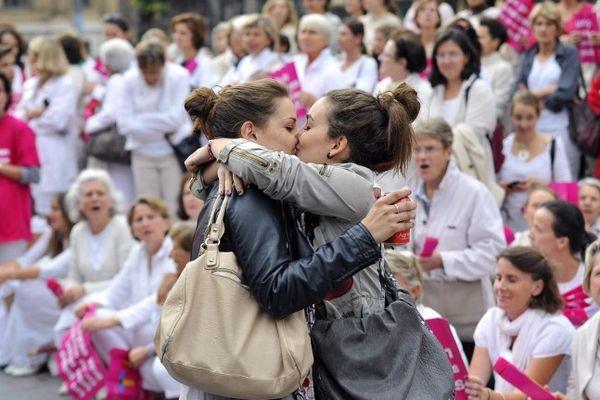 """Le """"baiser de Marseille"""", deux jeunes filles s'embrassent amoureusement devant une manifestation d'opposants au mariage pour tous"""