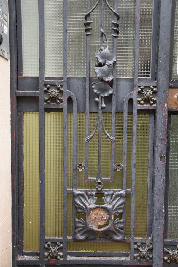 La même porte en plan plus large avec les décors de gingko.