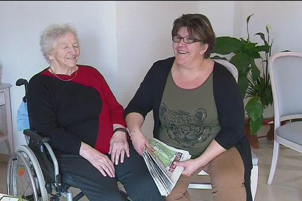 Une pensionnaire et une accueillante familiale à la maison d'accueil familial de Westhalten