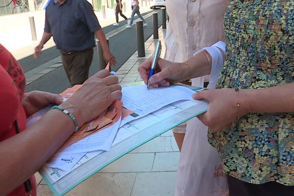 Munis d'une pétition, 4 bénévoles de l'association de protection des animaux de ferme, Welfarm, ont arpenté les rues de Nîmes.