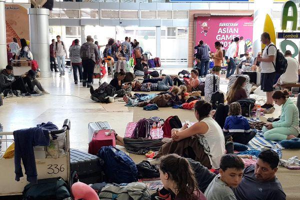 Les touristes paniqués attendent leur avion à l'aéroport de Lombok le 7 aôut.