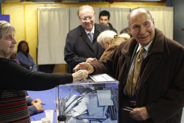 Serge Dassault et Jean-Pierre Bechter, actuel maire de Corbeil-Essonnes, pendant la campagne des municipales en 2014.