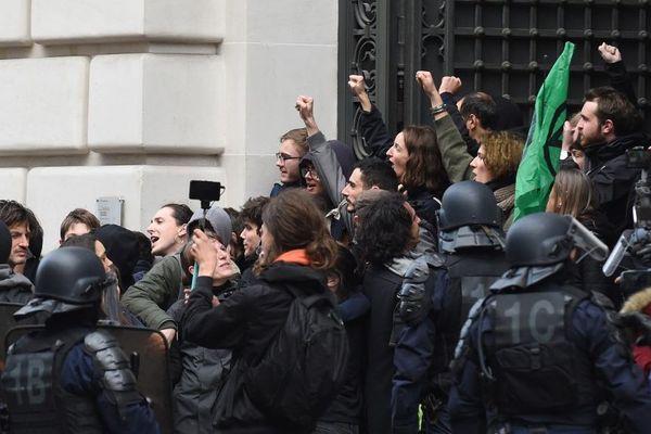 Des militants de Youth for Climate Paris devant le siège de BlackRock à Paris ce 10 février.