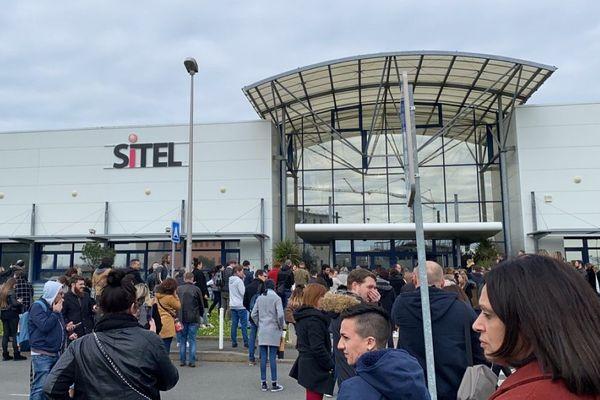 Les salariés de Sitel à Périgny (17) évacués des locaux et ne pouvant rentrer chez eux ce mardi 17 mars à la mi-journée.