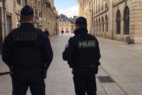 Policiers veillant au respect du confinement dans les rues de Dijon
