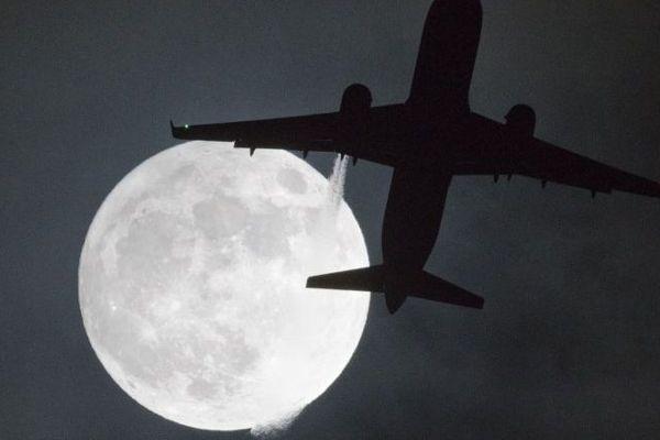 """La première """"super Lune"""" de l'année 2018, ici, dans le ciel de l'aéroport d'Heathrow, à Londres."""