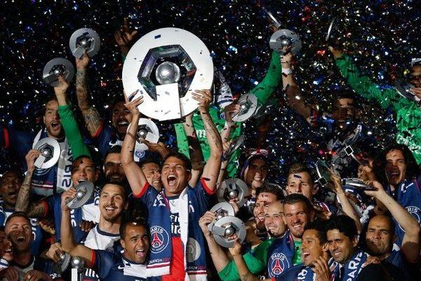 Le début des festivités, pour faire patienter les quelque 44.000 spectateurs restés pour la célébration, a débuté par un diaporama photo sur écran géant de tous les titres et trophées remportés par Paris depuis sa création en 1970.