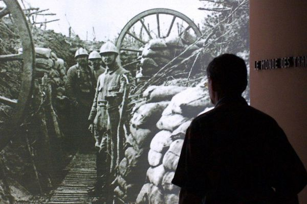 """Visiteur de  l'exposition """"Mémoire de tranchées""""  en 2004"""