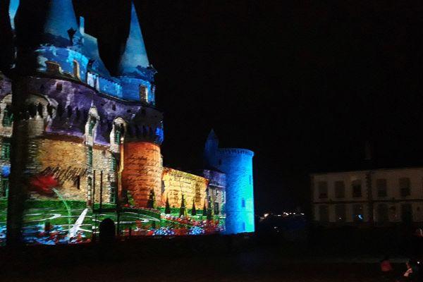 A la tombée de la nuit, le château de Vitré se fait cinéma de plein air, avec une projection toutes les 20 minutes.