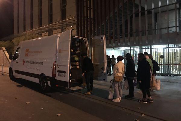 Le P'tit K'di distribue des colis de nourriture et de produits d'hygiène tous les quinze jours pour 4 euros sur les 4 sites de l'Université de Tours. Ici aux Tanneurs le mardi soir.