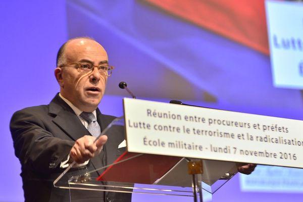 Plus de 4.000 perquisitions administratives ont eu lieu en un an depuis l'instauration de l'état d'urgence selon Bernard Cazeneuve.