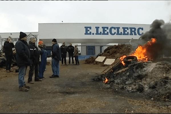 Le conflit s'est déplacé lundi avec l'ouverture d'un nouveau front sur la plateforme d'Edouard Leclerc à St Quentin Fallavier (Isère)