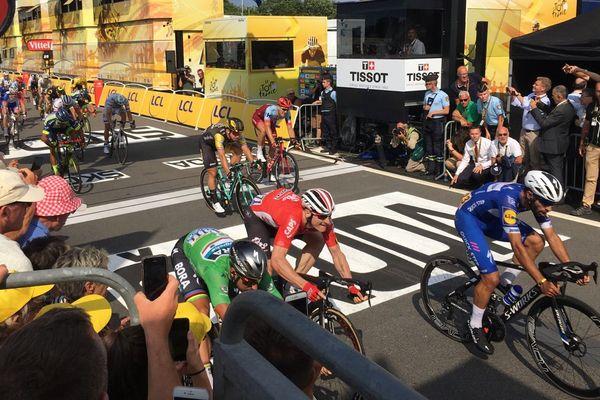 Fernando Gaviria en bleu, passe la ligne d'arrivée du Tour de France et remporte l'étape entre la Baule et Sarzeau