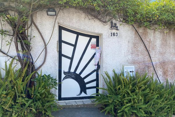 Sur la poignée de la porte d'entrée de chez Annie Cordy, une rose blanche déposée par un couple de Belges quelques heures après la mort de l'artiste.