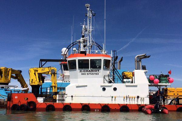 Le bateau en charge de tirer le câble sous-marin entre le continent et l'ile d'Yeu