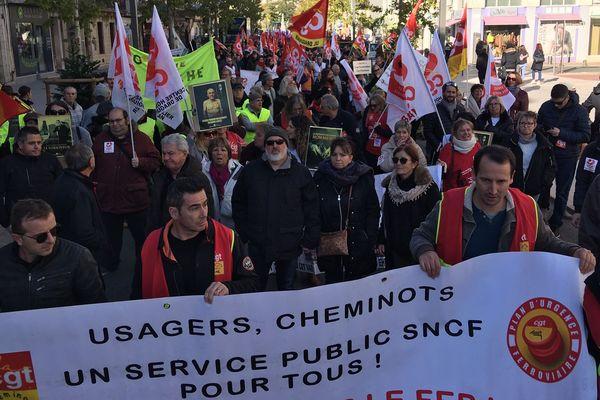 Les salariés défilent dans les rues de Draguignan ce mardi 10 décembre pour dire non à la réforme des retaites